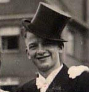 1941_Fröhlicher Horst Wahle mit Zylinder und jungen Menschen1